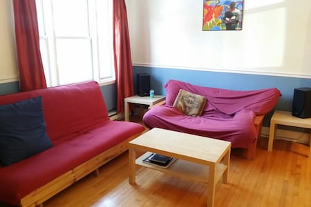 If you need a cozy place to stay and relax that is only 10 minutes away from downtown , 2 blocks away from a 20km long park and its beautiful river, this is the perfect spot. It's a room downstairs giving you the privacy you need.