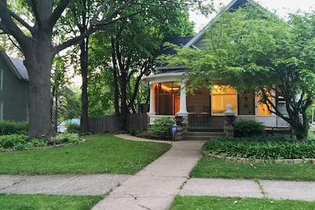 Charming Bungalow Close to Downtown - Casa