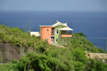 LUXURY HILLTOP RETREAT; BEST DEAL!! - Hus