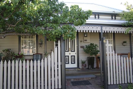 Cosy 1870 Cottage near shops/cafes. - House