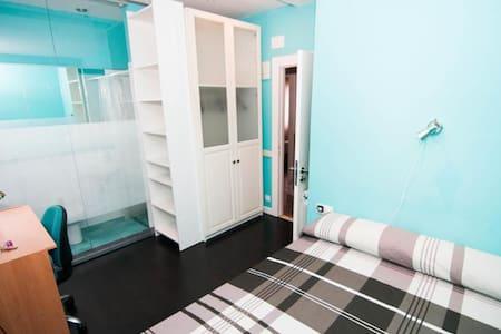 Habitación con baño en el centro