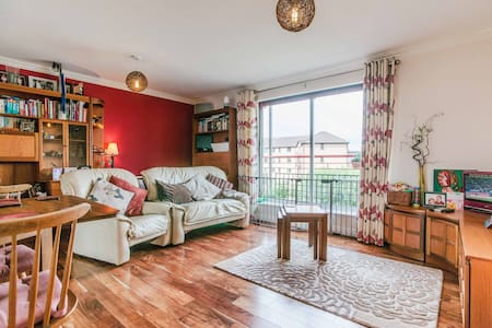 Cosy, Central Riverview + Parking