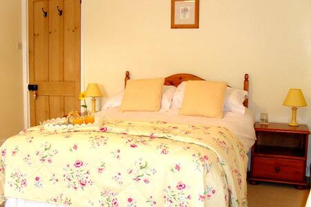 Lobhill Farmhouse | The Yellow Room - Bed & Breakfast