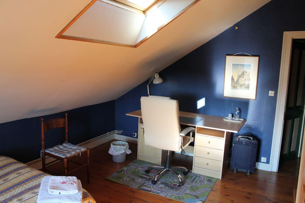 Un petit lavabo dans la chambre