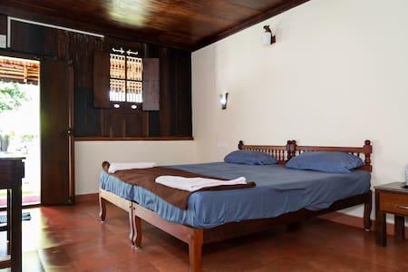Spacious Heritage room near Cherai Beach - Villa
