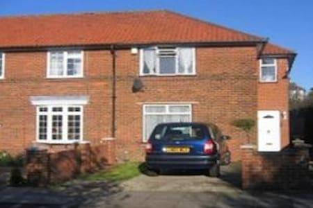 ENGLISH HOMESTAY - Nice Family Home - Barnet - Bed & Breakfast