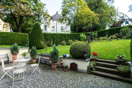 Großer Wohn- u. Schlafraum in Villa - Bonn