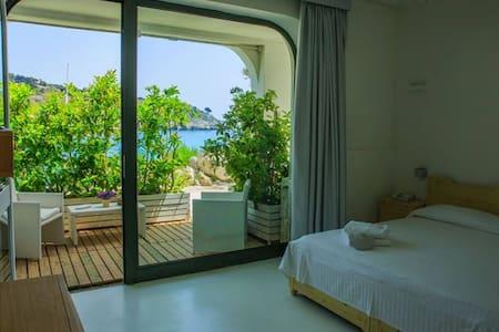 CAMERA MATR. SUPERIOR VISTA MARE - Castro Marina - Bed & Breakfast