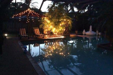 Gorgeous Pool Home - B&B - Guest - Palmetto Bay