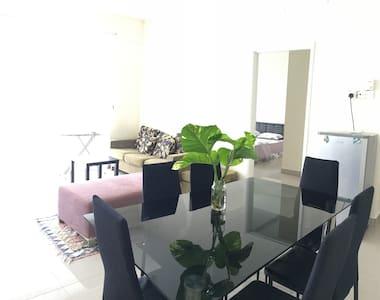 Modern Budget Spacious Designer Room - Condominio