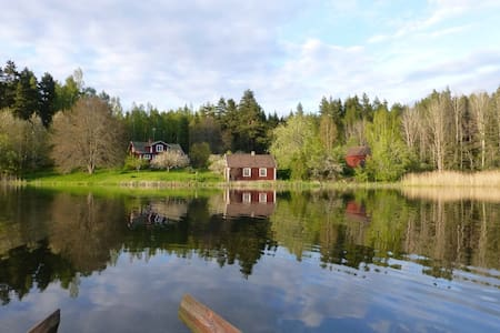 Red cottage in the forest by a lake - Tranås