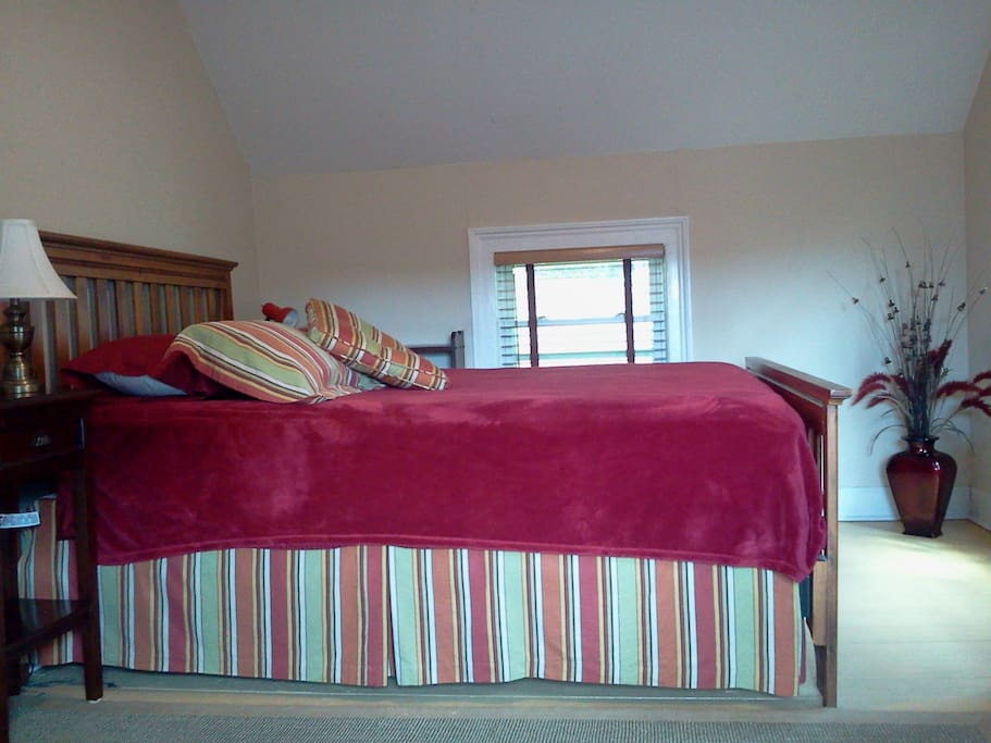 Bright large room walk to town, Lee