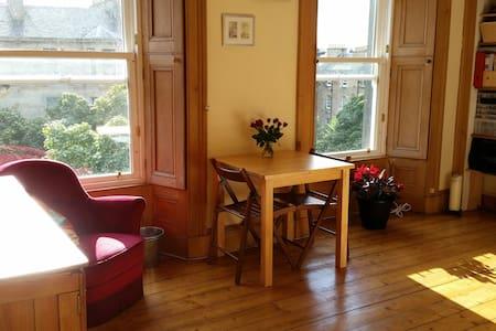 Large, sunny double room, top floor - Bed & Breakfast