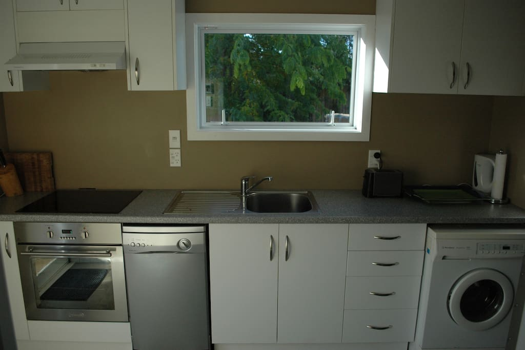Fully fitted kitchen, oven, hob,  washing machine and all utensils.