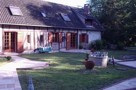MAGNIFIQUE LONGERE AU BORD DE L'EAU - Bléneau - House