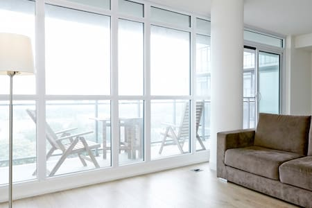 Brand new condo in the heart of Toronto at King and Bathurst, footsteps to all the hip restaurants, clubs, bars, coffee shops and financial district!
