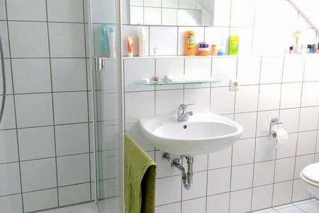 Zimmer mit eigenem Bad, FH zu Fuß erreichbar - Leilighet