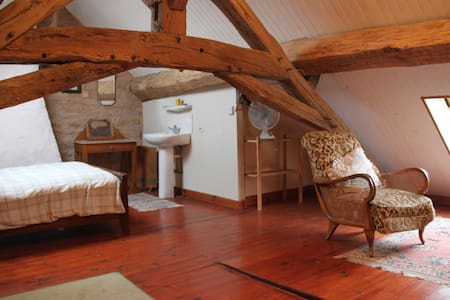 Charming attic room  - Givry, Yonne