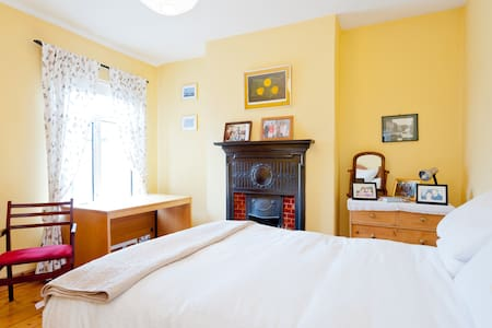 Lovely quiet& sunny room for female - Hus