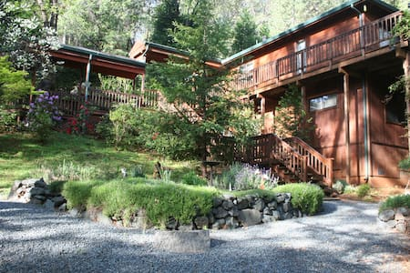 3BR Getaway on 2 acres with Jacuzzi and Creek - Hus