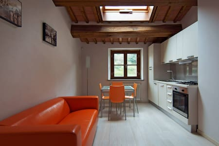 New, beautiful and quiet apartment in the city center surrounded by the beautiful Tuscan Hills . Even if in the middle of the mountains only a few minutes from the cities of Lucca, Pisa and Florence. The perfect place to stay for your holidays!