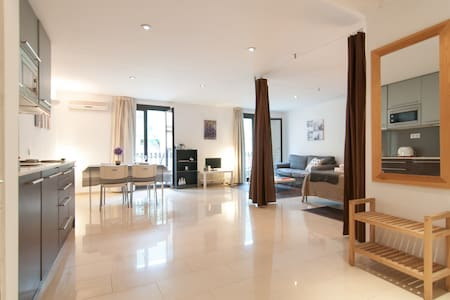 Comfortable and cozy loft-B&B in Ciutat Vella´s neighborhood, really close to the Ramblas, Liceo and Boqueria Market (2 minutes walking distance) and surrounded by bars, clubs, restaurants, market and stores. Normally rent per months, for other