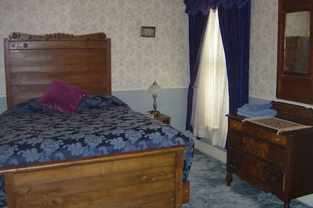 Private rm queen bed shared bath #6 - Bed & Breakfast