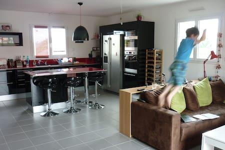 Chambre avec clic-clac / Room with double-bed - Saint-Florent-le-Vieil - Aarde Huis