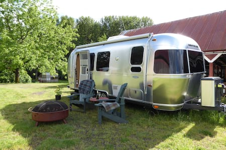 The Flying Cloud 23 ft. Airstream Travel Trailer - Silverton