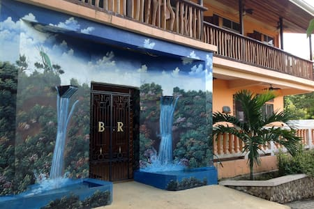 QUEEN ROOM WITH RIVERVIEW BALCONY!! - Benque Viejo Del Carmen - Apartamento