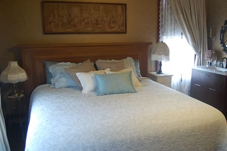 Historic Lady Florence: King Room - Stanwood - Huis