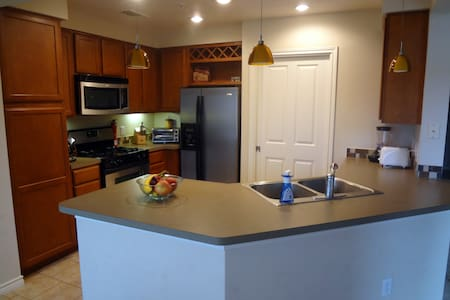 Across from Landa Park and Downtown - New Braunfels - Apartamento