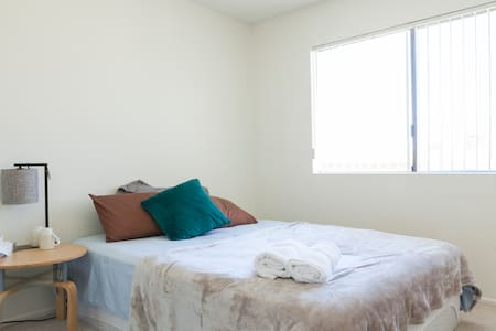 LOCATION close to down town LA! Queen Bed Room - Alhambra - Sorház