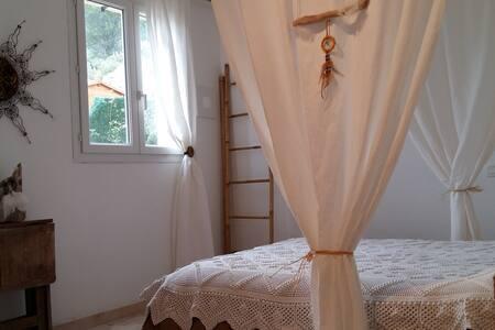 Chambres pour amoureux du calme petit déj compris - Vailhauquès - Rumah