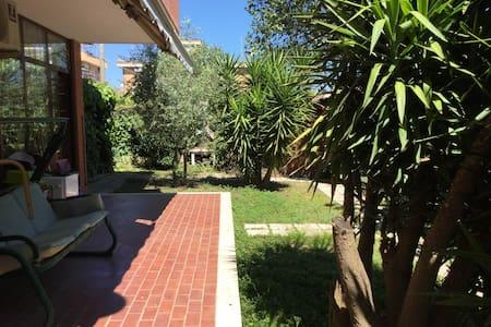Elegant garden flat in northern Rome - House