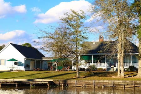 A Chateau on the Bayou B & B - BR 2 - Bed & Breakfast