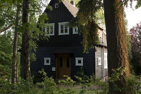Gemütliches Holzhaus im englischen Stil - Hus