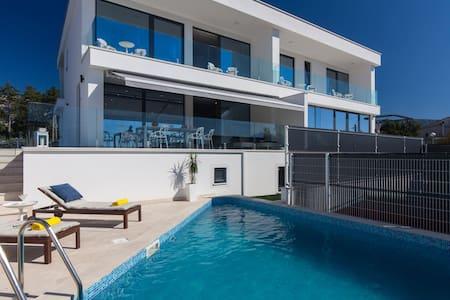 Luxury Villa Benic 2   ***** - Cirquenizza