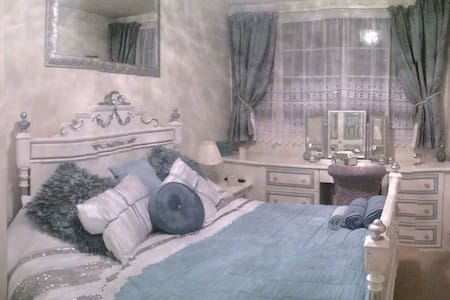 Stunning Luxurious Double Room. Constant Hot water - Yeadon - Rumah