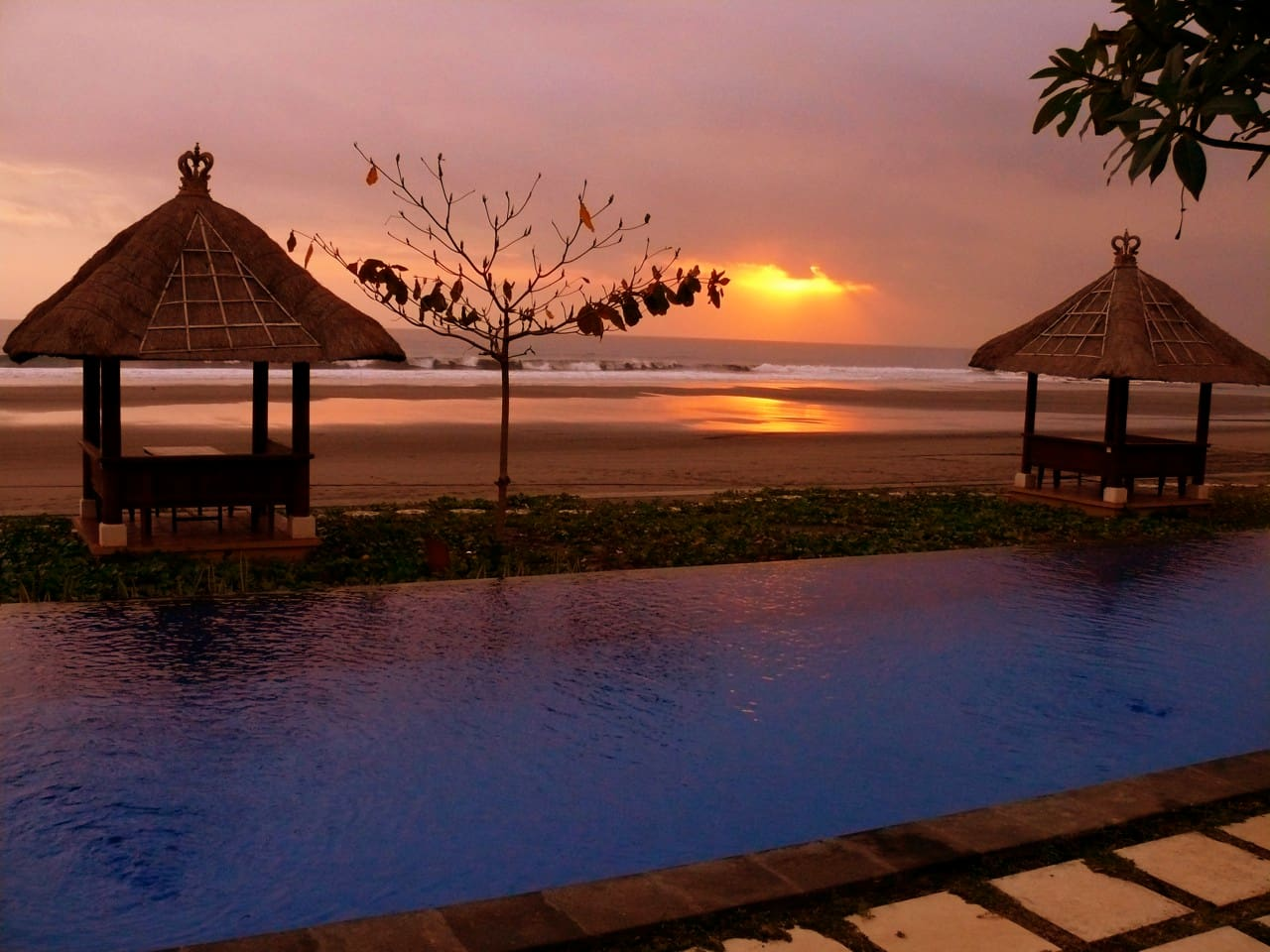 Sunset over the infinity pool in front of your private villa on Soka Beach. How relaxing is this scene?