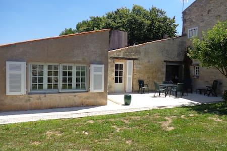 Ancien Chai Charentais, jardin clos - La Jarne
