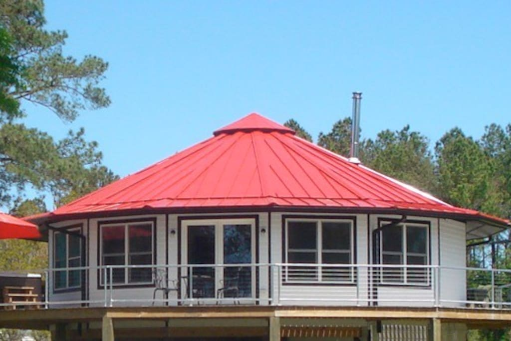 New Bern Round House! Nestled wtih the birds in the treetops with a lovely view of the Neuse RIver!
