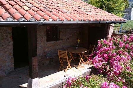 Cabaña de piedra con porche  - Cottage
