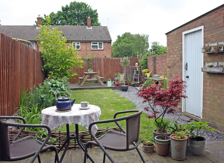 Garden with chairs and table and BBQ toenjoy the English sunshine!