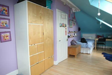 twin attic en suite - House