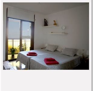 Lovely and bright double room apartment outside opposite a landmark of Barcelona, Parc Guell, Gaudi, well connected with the center and provides the desired tranquility after a day of sightseeing.