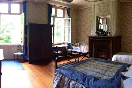 Chambre Bleue au Chateau - Bed & Breakfast