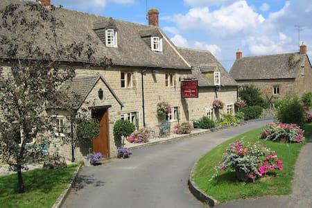 Grade 2 Listed Cotswold Village Inn - Bed & Breakfast