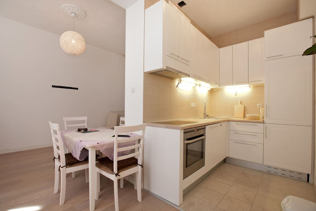 Fully equipped kitchen with large fridge, oven, dishwasher, kettle, toaster and coffee maker:-)