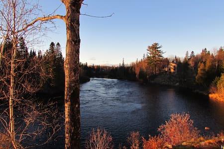 Maison vue sur magnifique rivière. - Shannon